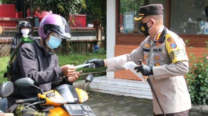 Putus Penyebaran Covid-19, Polisi Kota Malang Sosialisasi 5M di Layanan Arema Police Sobo Kelurahan