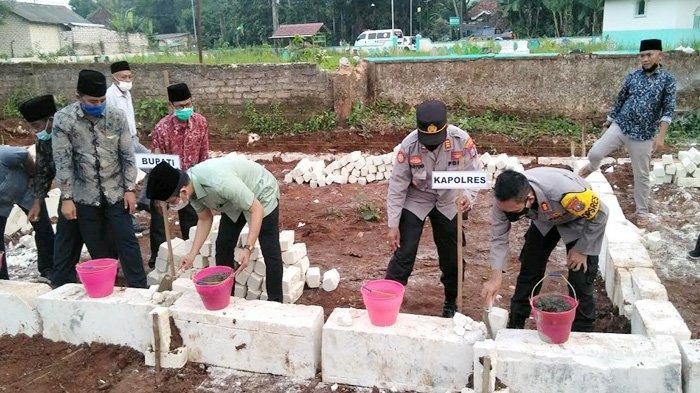 Haru Saat Bupati Bangkalan Letakkan Batu Pondasi Sekolah, Siswi TK Mengaku  Rindu Bel Masuk Kelas