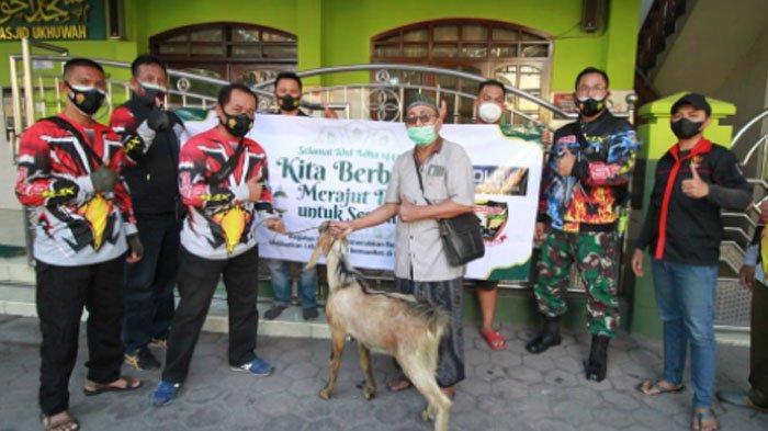 17 Komunitas di Surabaya Bagi-bagi Daging Kurban ke Petugas Palang Pintu Kereta Api dan Tukang Becak
