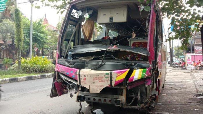 Kaget Hindari Penyeberang Jalan, Bus Tiara Mas Banting Setir dan Tabrak Truk Tronton