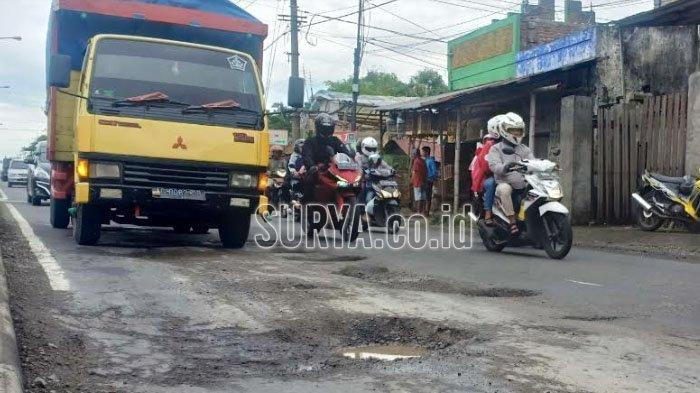 Jalan Berlubang Bertebaran di Jember, Pohon Pisang pun Ditanam Jadi Rambu