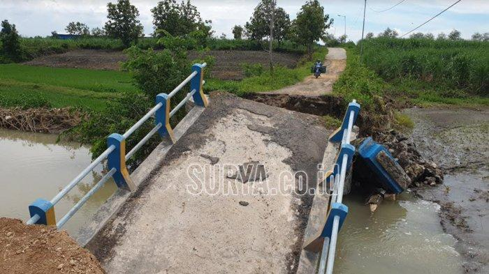 Jembatan Ambles Diterjang Banjir di Dawarblandong Kabupaten Mojokerto, Akses 2 Desa Terputus