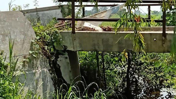 Jembatan Penghubung di Desa Beton Menganti Kabupaten Gresik Nyaris Ambruk