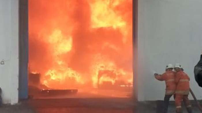 Gudang Onderdil Motor di Manukan Kulon Surabaya Terbakar, sempat Terdengar Ledakan