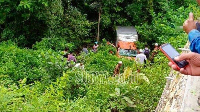 Mobil Box Milik PT Pos Indonesia Nyungsep di Jurang Desa Pemoroh Pamekasan, Kernet 'Menghilang'