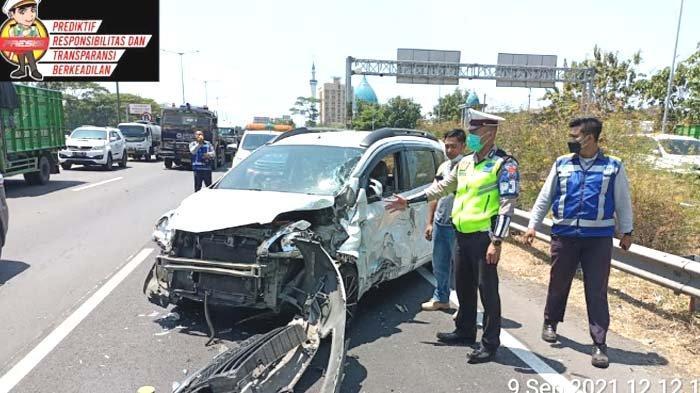Terseret 20 Meter, Suzuki Ertiga Ringsek akibat Gagal Salip Truk Tronton di Tol Gunungsari Surabaya