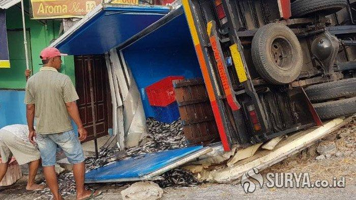 Hindari Jalan Rusak, Truk Box dari Bali Bermuatan Ikan Terguling di Jalur Poros Lamongan - Surabaya