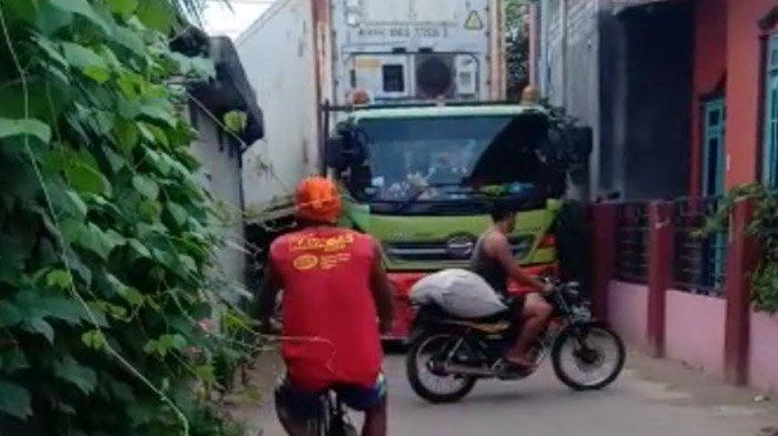 Kerap Terobos Jalan Desa, Truk Kontainer Picu Kerusakan Rumah Warga; Dishub Tuban Janjikan Mediasi - kontainer-ikan-masuk-gang-kampung-tuban-1.jpg