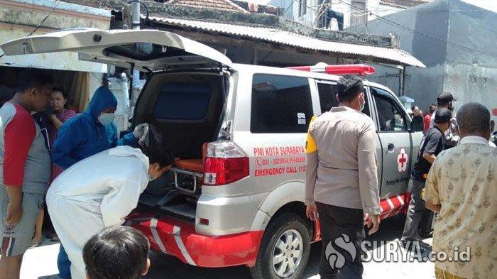 Polisi saat mengevakuasi jenazah korban pembacokan celurit di Jalan Wonosari Wetan ke RSUD dr Soetomo Surabaya, Jumat (16/10/2020).