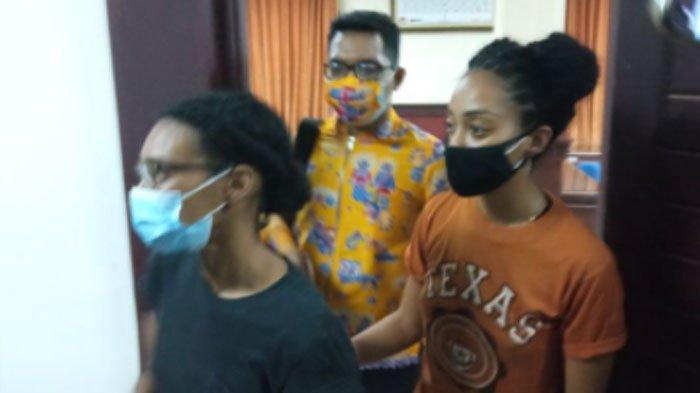 Kristen Gray (kaus hitam) bersama pasangannya saat di Kanim, Denpasar, Bali, Selasa (19/1/2021).