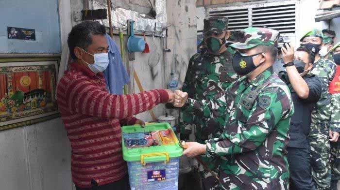 Calon Kuat Panglima TNI Jenderal Andika Perkasa Bagi-bagi Sembako Covid-19 kepada Warga Isoman