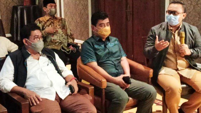 Kuasa Hukum calon Walikota Surabaya Machfud Arifin, Very Juaidi (kanan) menjelaskan terkait gugatan sengketa Pilwali Surabaya 2020 di Makamah Konstitusi, Jumat (22/1/2021).
