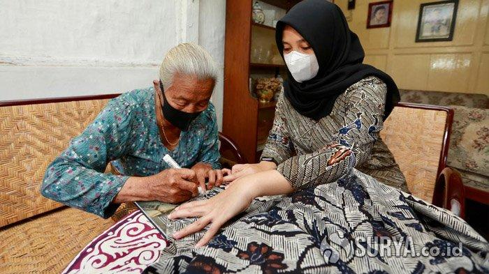Ipuk Fiestiandani Dihadiahi Batik Kuno dari Maestro Batik Banyuwangi