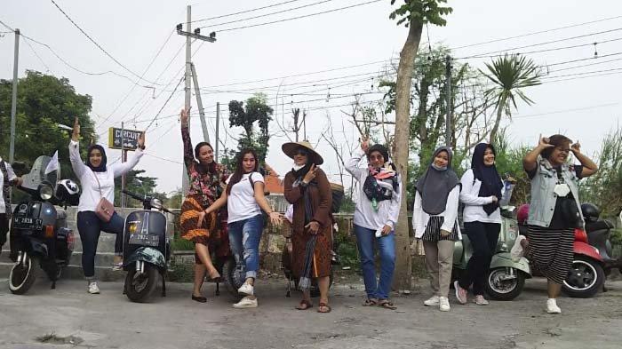 Ladies Scooter Gresik Keliling Naik Vespa sambil Kampanye Minum Jamu
