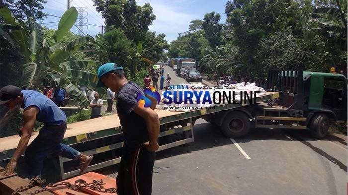 Tak Kuat Nanjak, Truk Bermuatan Pupuk Tutup Jalur Probolinggo-Lumajang