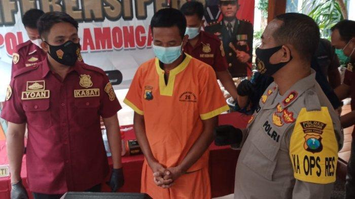 SURYA.CO.ID/Hanif Mashuri Tersangka Kusiyanto saat diinterogasi Kapolres AKBP Miko Indrayana di ruang lobi Sat Reskrim Polres Lamongan, Selasa (30/3/2021).