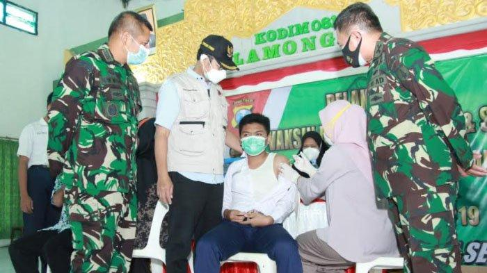Bupati Yuhronur Efendi didampingi Dandim 0812 Letkol Inf Sidik Wiyono meninjau pelaksanaan vaksinasi untuk para siswa anak prajurit TNI di Lamongan di Makodim 0812 Lamongan, Kamis (15/7/2021)