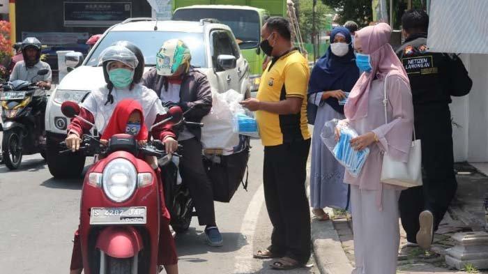Jelang Ramadan, Polisi Lamongan Wakaf 2.000 Alquran, Hari ini Ajak Anak Istri Bagikan 1.000 Masker