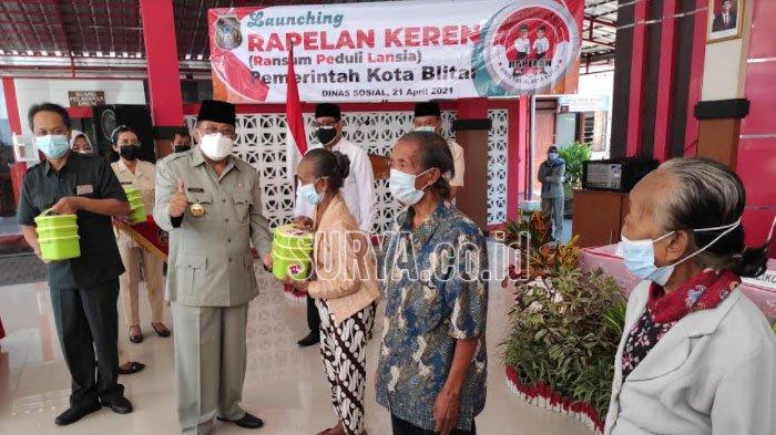 Wali Kota Blitar Launching Program Ransum Peduli Lansia dan Serahkan Bingkisan untuk Guru Non-PNS
