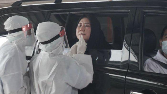 Ketua Dharma Wanita Kota Surabaya Chusnur Ismiati Hendro Gunawan mencoba layanan Drive - Thru Swab PCR NeoClinic di  Jalan Mayjen Sungkono Nomor 153, Surabaya, Minggu (17/1/2021).