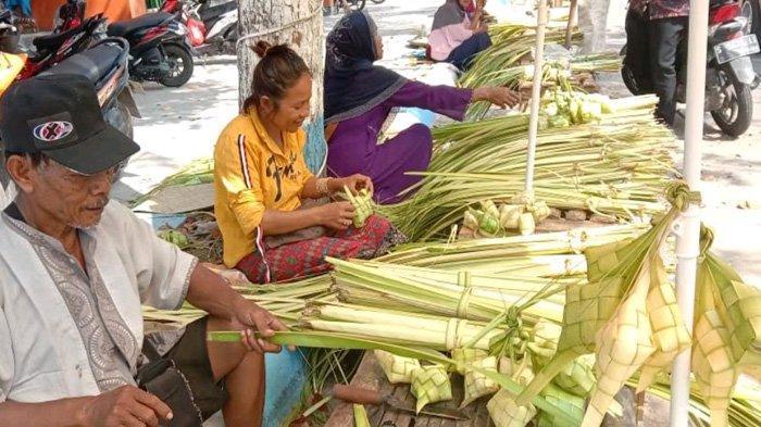 Foto: Penjual Ketupat di Lamongan Jelang Lebaran Ketupat