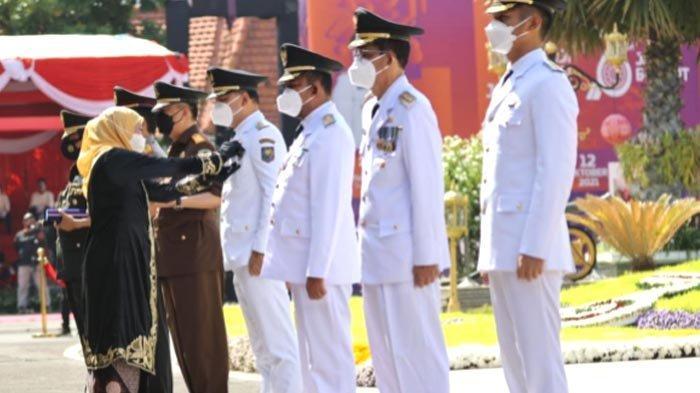 Dapat Lancana Jer Basuki Mowo Beya Emas dari Gubernur, Eri Cahyadi: Surabaya Siap Bantu Jatim Juara