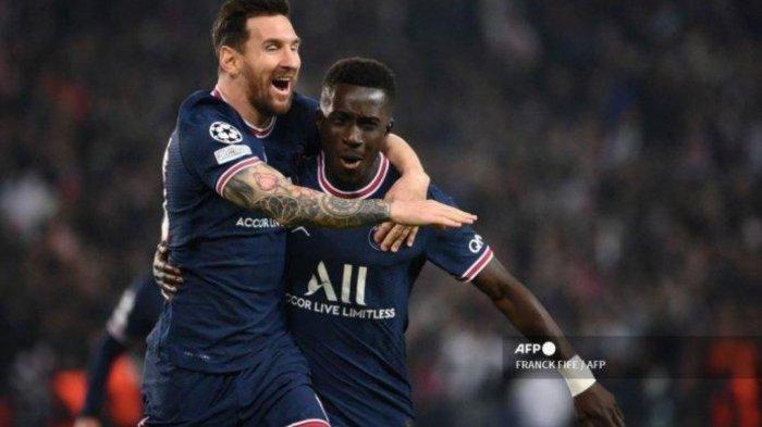 Lionel Messi saat merayakan gol bersama Gueye