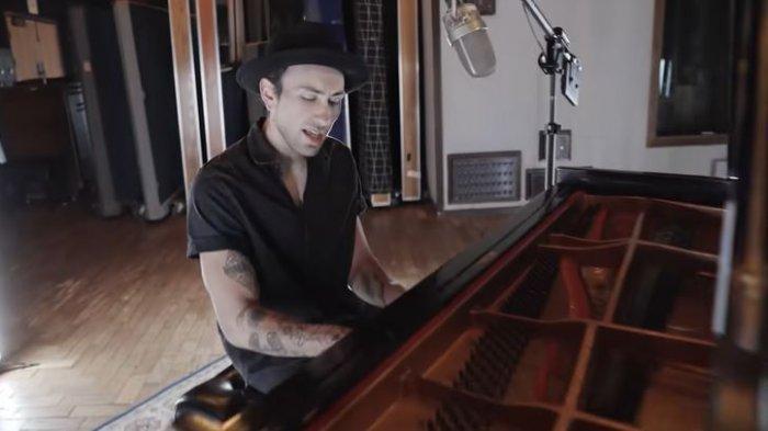 Lirik dan Terjemahan lagu Love is Gone - Slander feat Dylan Matthew - Don't go tonight Stay Here One