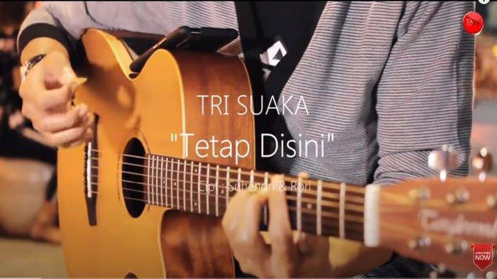 Lirik dan Chord Lagu Tetap di Sini - Tri Suaka yang Viral di TikTok