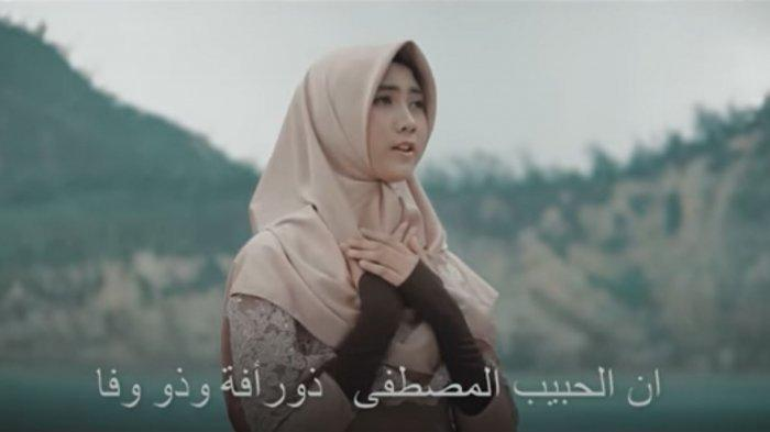 Lirik Sholawat Innal Habibal Musthofa Hadroh - Cover Alfina Nindiyani, Tulisan Latin