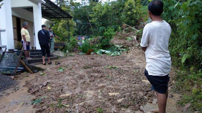 Digerus Hujan 3 Jam, Longsoran Tebing Setinggi 2 Meter Tutup Jalan Antarkecamatan di Trenggalek