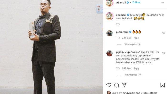 Lord Adi pegang piala Indonesian Television Awards 2021
