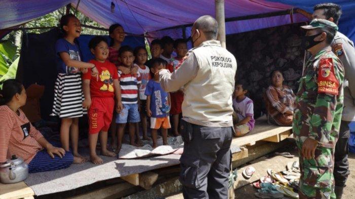 Pulihkan Psikis Korban Gempa Lumajang, Polisi Ajak Anak-anak Bermain dan Mendongeng