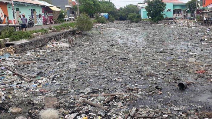 Sampah Menumpuk di Saluran Ganggu Jalan Akses Wisata Religi Maulana Malik Ibrahim Gresik