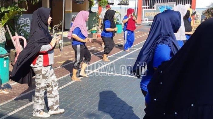 Sehari Pasca Ditahan, Pejabat di Kabupaten Pasuruan Ini Ikuti Senam Pagi di Rutan Bangil