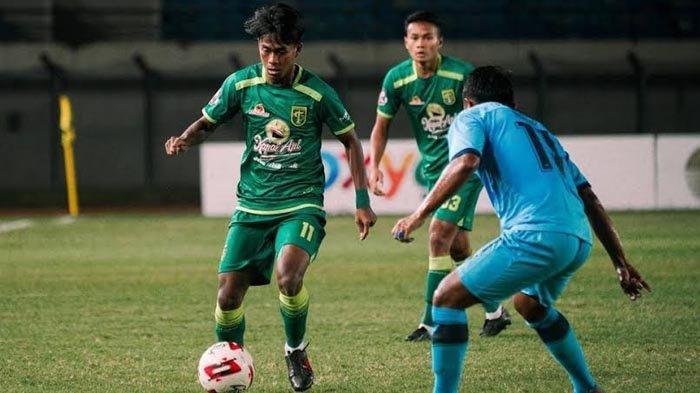 Pemain muda Persebaya Surabaya, M Supriadi dihadang pemain Persela saat laga Grup C Piala Menpora 2021 di Stadion Si Jalak Harupat, Bandung, Sabtu (3/4/2021) malam.