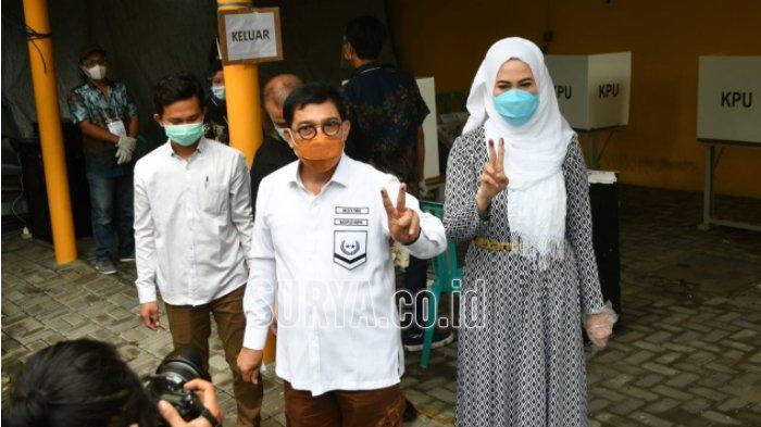 Machfud Arifin dan istri memberikan hak suaranya di Pilwali Surabaya 2020 di TPS 25 Jl WR Supratman Kota Surabaya, Rabu (9/12/2020).