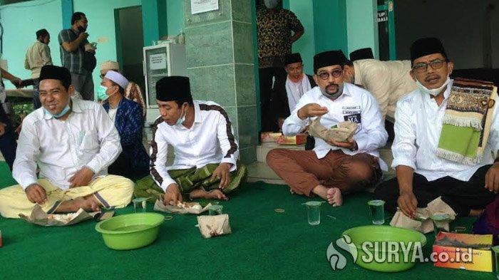 Machfud Arifin Nikmati Nasi Bungkus Bersama Warga Jemaah Masjid Gayungsari