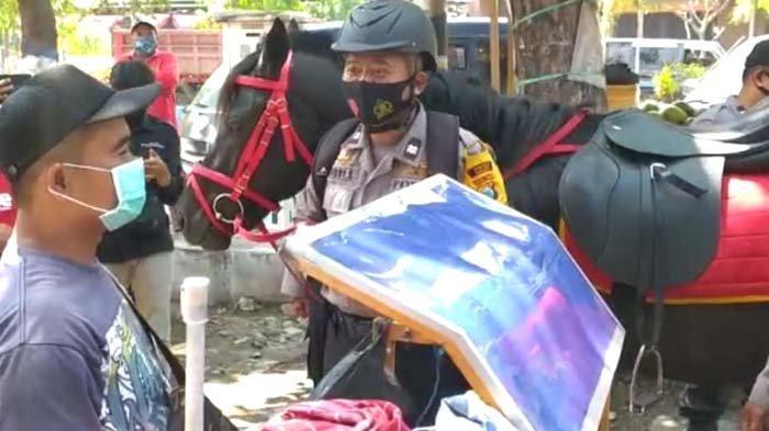 Cara Unik Polisi Madiun Sosialisasi Protokol Kesehatan, Tunggang Kuda, Cari Warga Tak Pakai Masker