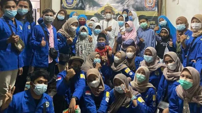 Mahasiswa Universitas Narotama Surabaya Bagi-bagi Takjil dan Buka Puasa bersama Anak Yatim