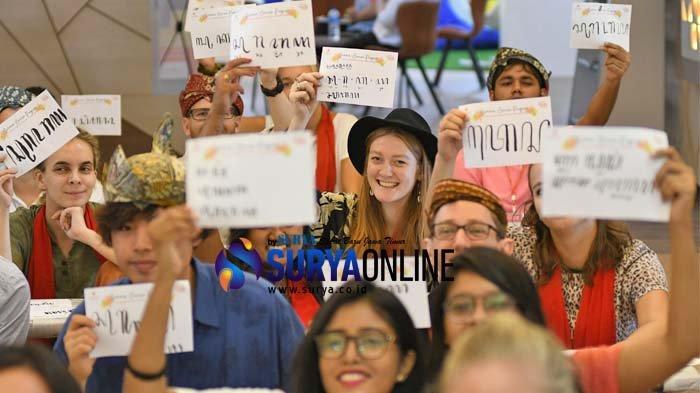 Galeri Foto Mahasiswa Asing Ubaya Belajar Menulis Aksara Jawa Hanacaraka