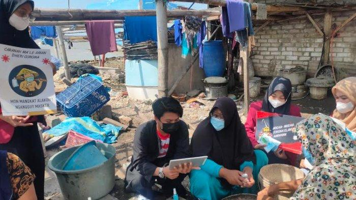 Gunakan Bahasa Daerah, Mahasiswa UM Surabaya Edukasi Warga Pesisir Sukolilo Tentang Covid-19
