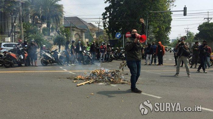 Puluhan Mahasiswa Unair Surabaya Unjuk Rasa Tuntut Keringanan UKT Tanpa Syarat untuk Semua Golongan