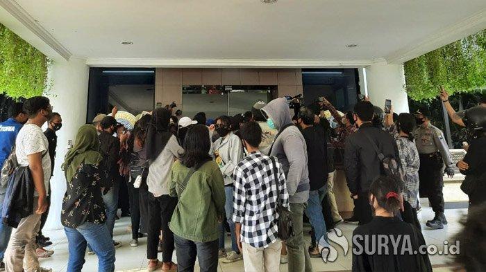 Tuntut Potongan UKT, Mahasiswa Unair Surabaya Terobos Paksa Masuk ke Gedung Rektorat