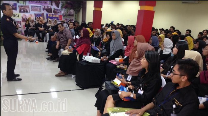 Ratusan Mahasiswa dari Semarang Belajar Bea Cukai di Jatim