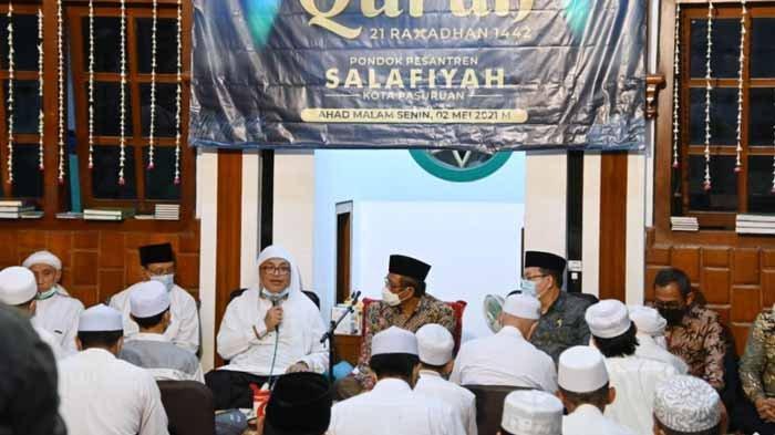 Mahfud MD, Walikota Pasuruan Saifullah Yusuf (Gus Ipul), KH Idris Hamid saat hadir dalam acara Khotmil Qur'an di Ponpes Salafiyah Kota Pasuruan.