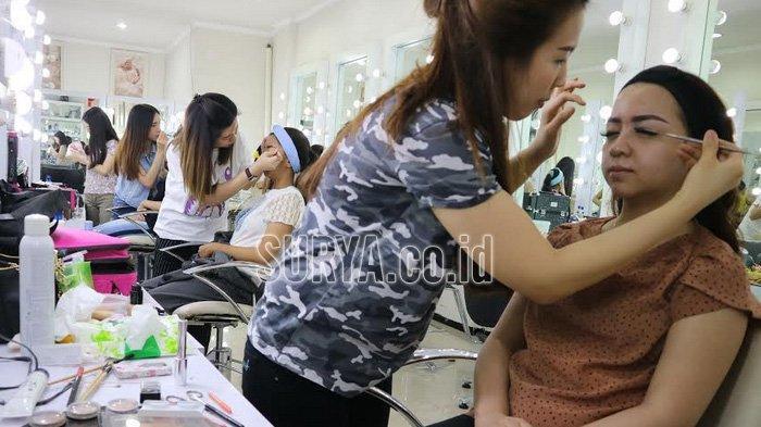 Tahu Make Up Artist Bakal Booming, Cewek Surabaya Ini Ambil Kursus Kecantikan