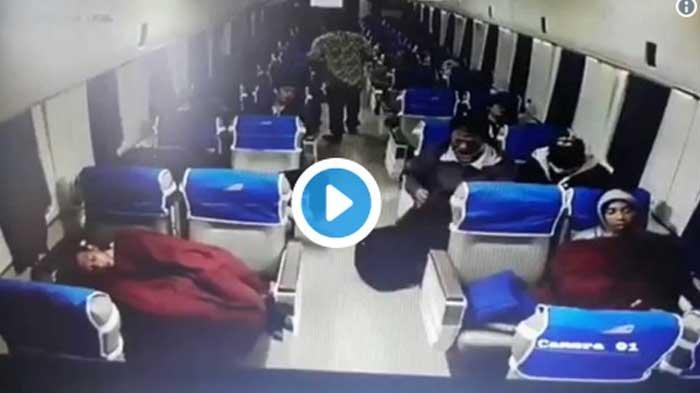 VIDEO - Detik-detik Maling Jalankan Aksinya di Gerbong Kereta Tertangkap Kamera CCTV