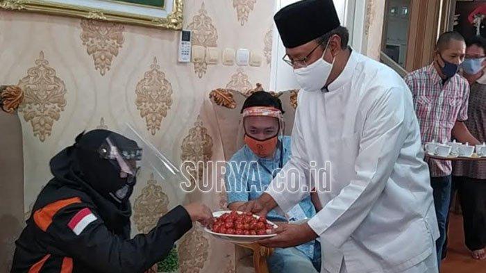 Gus Ipul Tawarkan Tomat Ceri Saat Ketua KPU RI Arief Budiman Pantau Pelaksanaan Coklit