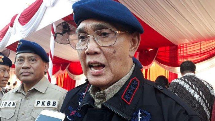 Mantan Wapres Try Sutrisno dikukuhkan menjadi anggota kehormatan Korps Brimob Polri di Surabaya, Senin (20/8/2018).